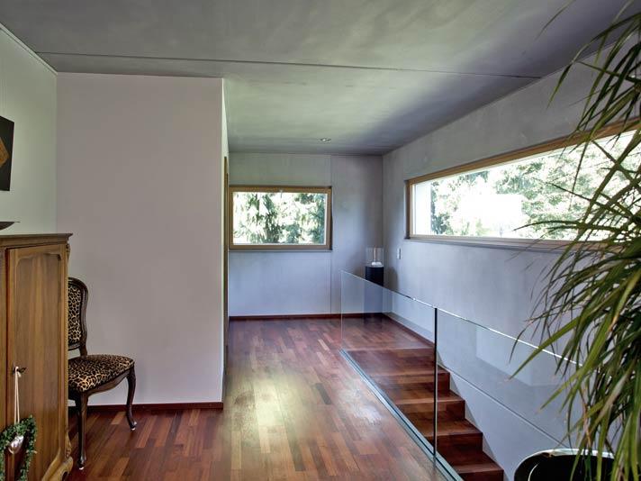 Als Festverglasung bzw. Lichtband ausgeführt, betont das Aluminium-Holzfenster AHF 105 S Modern die Raumarchitektur.