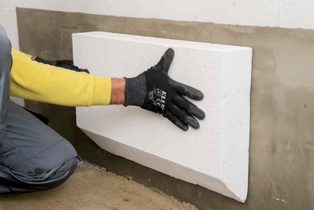 Auch der Sockelbereich muss gedämmt werden. Hier geschieht das mit einer Mineralschaumplatte, aus Kalk, Sand und Zement. Foto: Xella Multipor