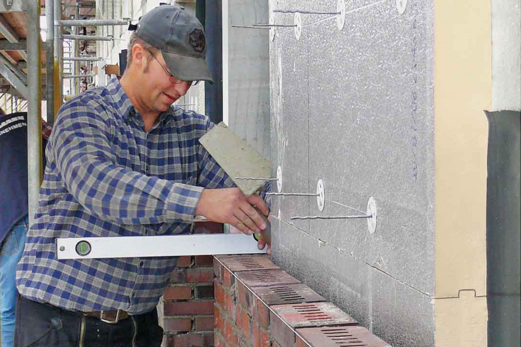 Die Außenwand mit Klinker-Vormauer bekommt hier eine Kerndämmung aus Polyurethan Hartschaum. Foto: IVPU
