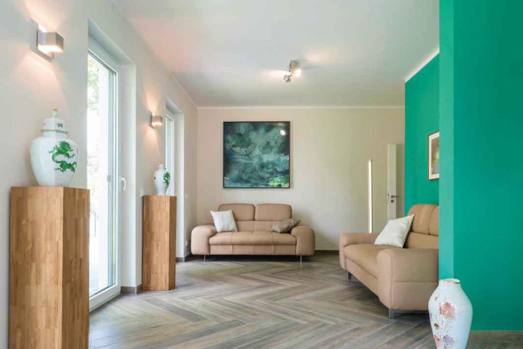 Purismus wird zwar gern mit der Farbe Weiß in Verbindung gebracht, aber die Bauherren wollten dann doch eine farben - frohere Umgebung.