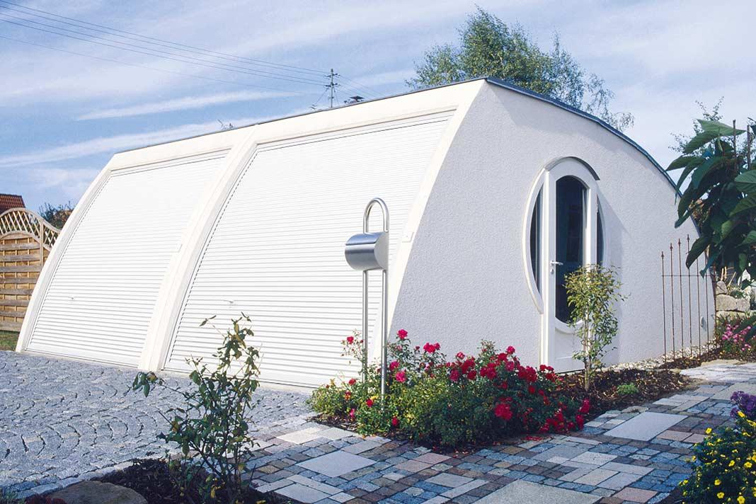 """Doppelgarage """"Clou"""" überzeugt mit modernem Design und ungewöhnlicher Anmutung. Die geschwungene Form verleiht dem """"Parkhaus"""" mehr Dynamik. Foto: Zapf"""