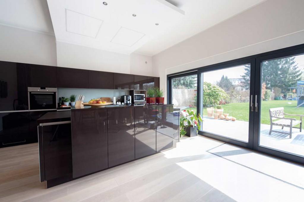 """Die Küche zählt neben dem Bad zu den sogenannten """"Ablufträumen"""". Hier wird über zwei fast unsichtbare Abluftventile in Deckennähe die verbrauchte Luft abgeführt. Foto: Zehnder"""