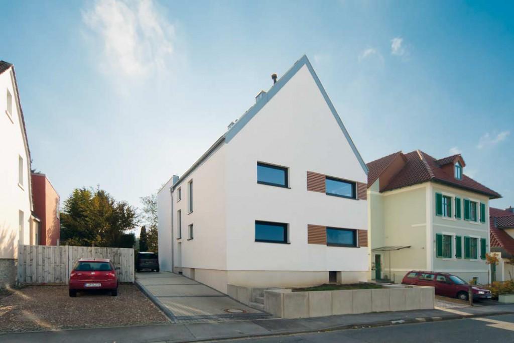 Das kernsanierte Haus (unten) verfügt nun über ca. 200 m² Wohnfläche. Dabei liegt es dank starker Dämmung und komfortabler Wohnraumlüftung mit Wärmerückgewinnung beim Primärenergiebedarf circa 40% unter einem vergleichbaren Neubau gemäß EnEV. Foto: Zehnder