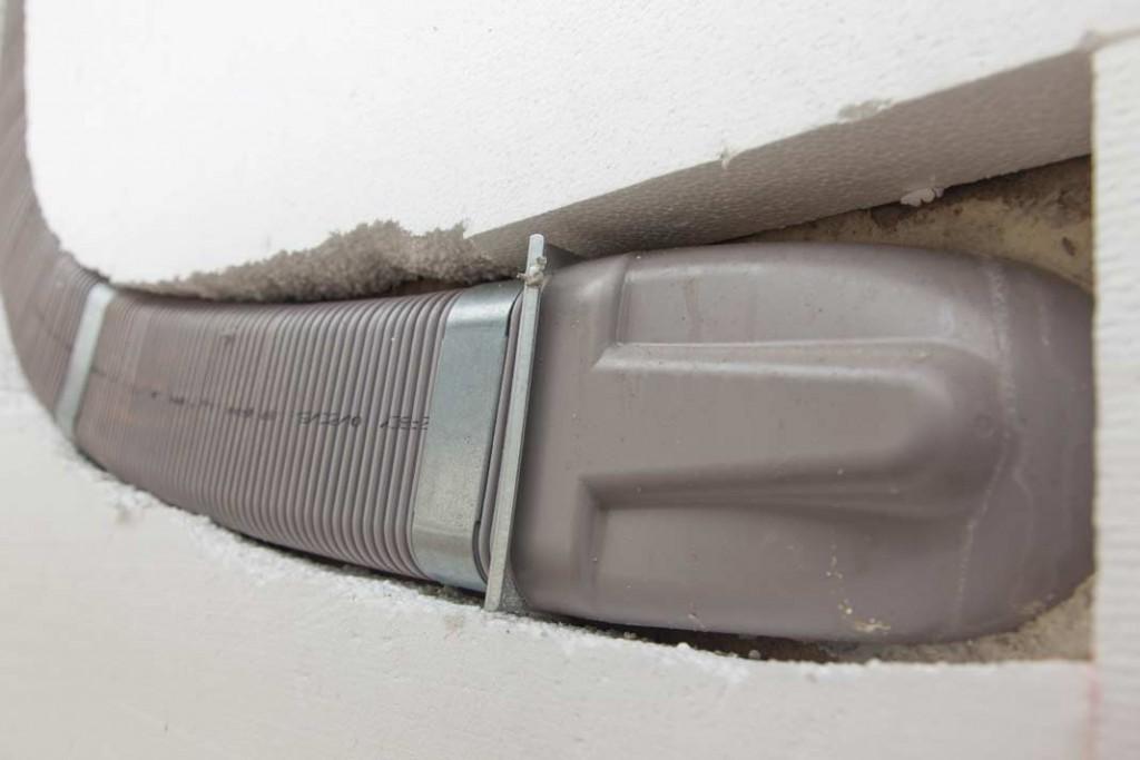 Sauberer Anschluss: Wo die Zehnder Lüftungsrohre mit dem Wanddurchlass verbunden werden, muss nicht geschraubt werden – eine Dichtung und ein Fixierschieber verbinden das Durchlass-Element und das Rohr luftdicht.Foto: Zehnder