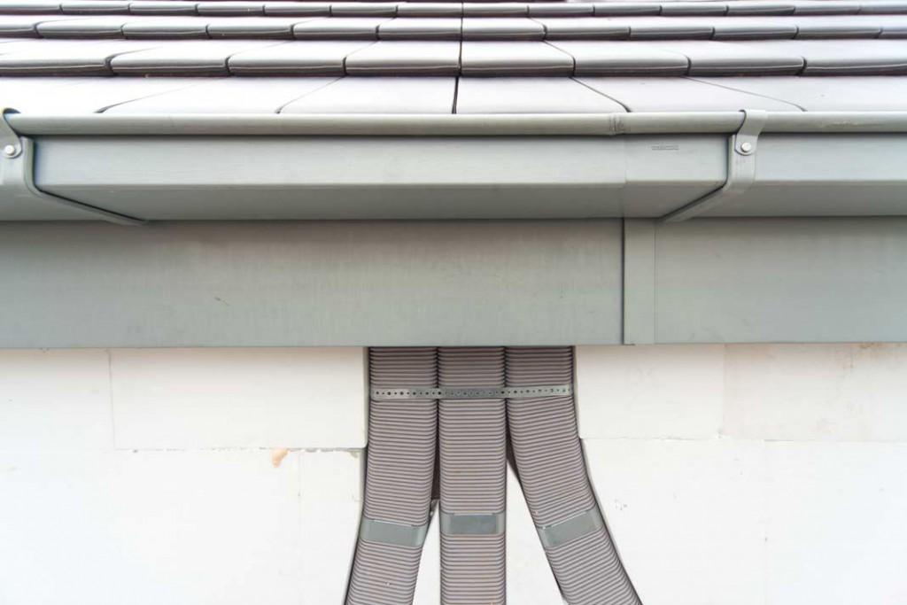 Die Flachovalrohre konnten bündig in der unteren Dämmschicht von 60 Millimetern verlegt werden. Die Anbringung in der Außendämmung spart Platz im Innenbereich. Foto: Zehnder