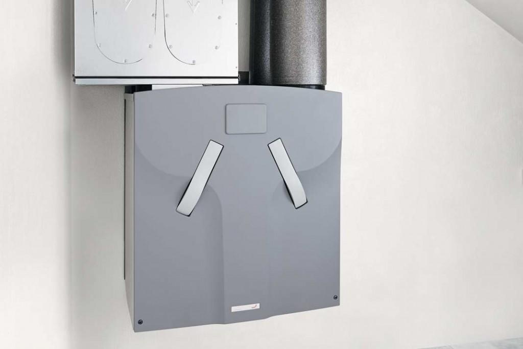 """Das zentrale Lüftungsgerät wurde im """"toten Raum"""" im Spitzboden über der Küche installiert. Hier laufen alle Leitungen der Luftverteilung zusammen. Foto: Zehnder"""