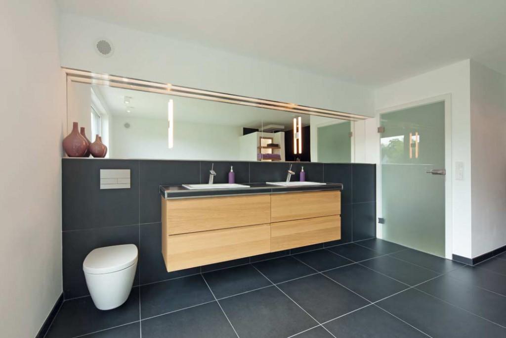 Großformatige schwarze Fliesen bestimmen den optischen Eindruck des neuen Bades und gehören zu einem zeitgemäßen Einrichtungsstil, der nun in die Räume Einzug genommen hat. Foto: Zehnder