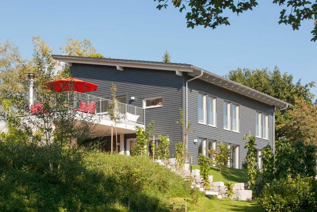 In Sachen Primär - energiebedarf können die Mindestwerte des Passivhaus Instituts längst weit unterboten werden. Wie von diesem nach dem Schweizer Minergie- P-Standard errichteten Haus, das mit knapp 30 kWh/(m2a) auskommt. Foto: SchwörerHaus