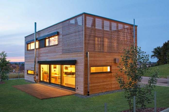 Holzhaus am Abend