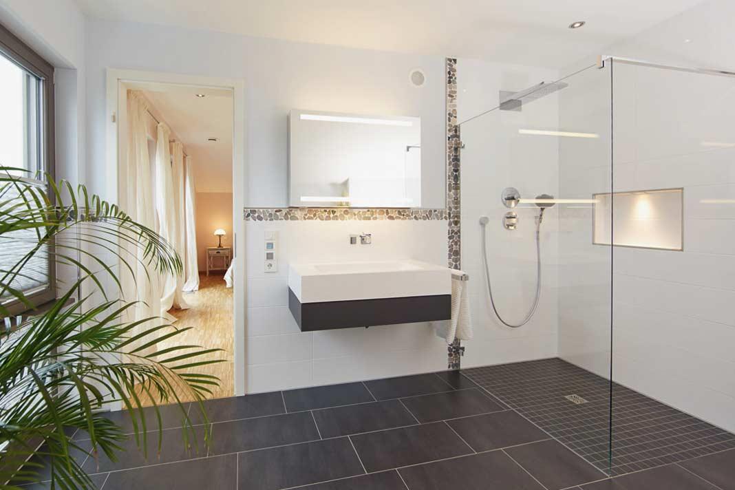 Direkt vom Elternschlaf - zimmer zu begehen, ist das Master-Bad mit XXL-Dusche und Wanne top ausgestattet. Foto: Gussek