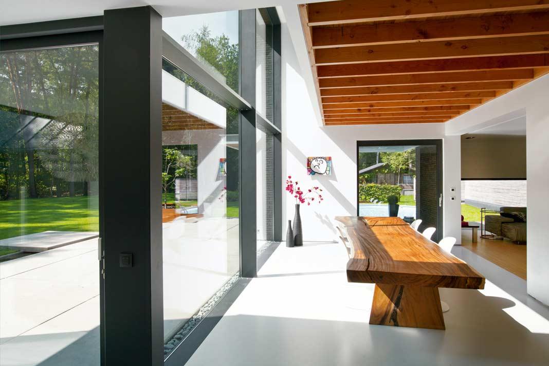 Große Fensterflächen.