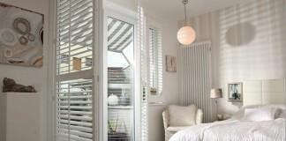 Weißes Schlafzimmer der Stadtwohnung.