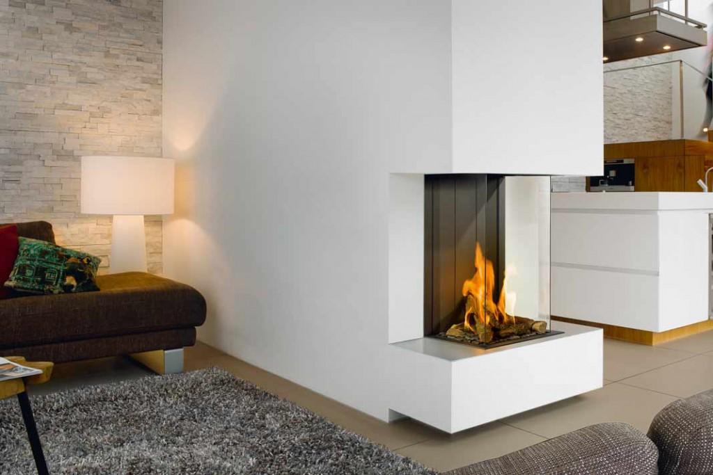"""""""Panorama-Kamine Gas"""" zeigen das Feuer von drei Seiten. Es erhält so einen zen tralen, aber den noch leich ten Platz im Raum. Das in sze niert den Kamin per fekt in mo dernen Gebäu den. Foto: Brunner"""