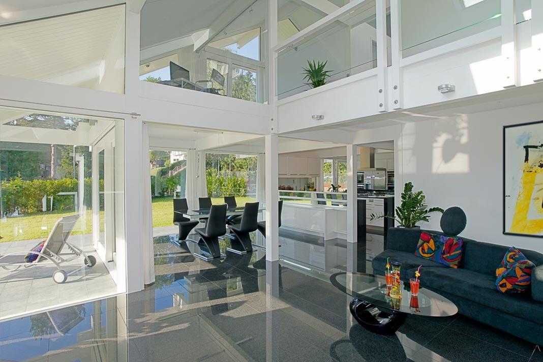 Offene Grundrisse in horizontaler und vertikaler Hinsicht. Viele Bauherren mögen diesen modernen, transparenten Wohnstil, der als besonders kommunikationsfreudig empfunden wird. Foto: Davinci