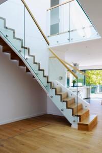 Je mehr Galerie und Treppe ins Zentrum bzw. den Wohnraum rücken, desto mehr Wert wird auf Gestaltung und Material (gern: Glas) gelegt. Foto: Baufritz