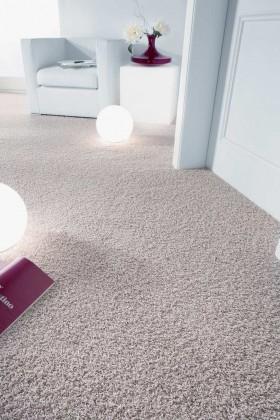 Teppichböden halten Staub und Luftkeime aus der Raumluft in ihren Fasern fest, was das Leben von Allergikern erleichtert, bei glatten Böden werden Staub und Keime eher aufgewirbelt.