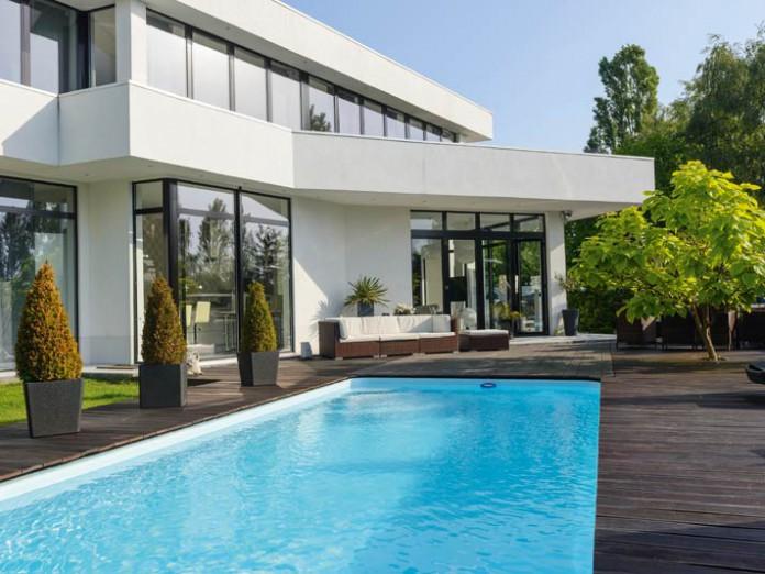 Terrasse mit großem Pool