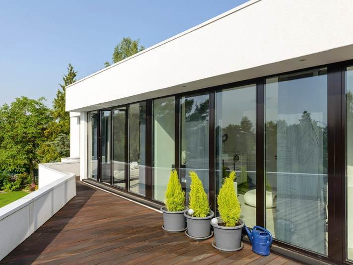 Die spitz angelegte Terrasse wirkt dynamisch und bietet viel Platz fürs Sonnenbaden.