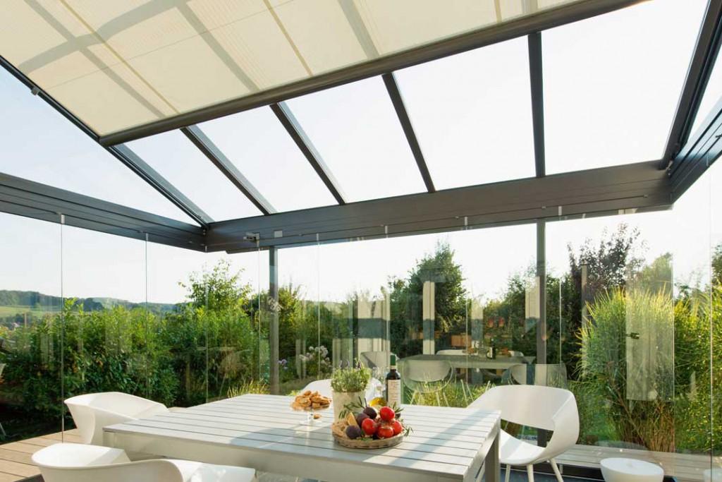 Für Glasdächer bietet Solarlux innen als auch außen liegende Beschattungssysteme an.
