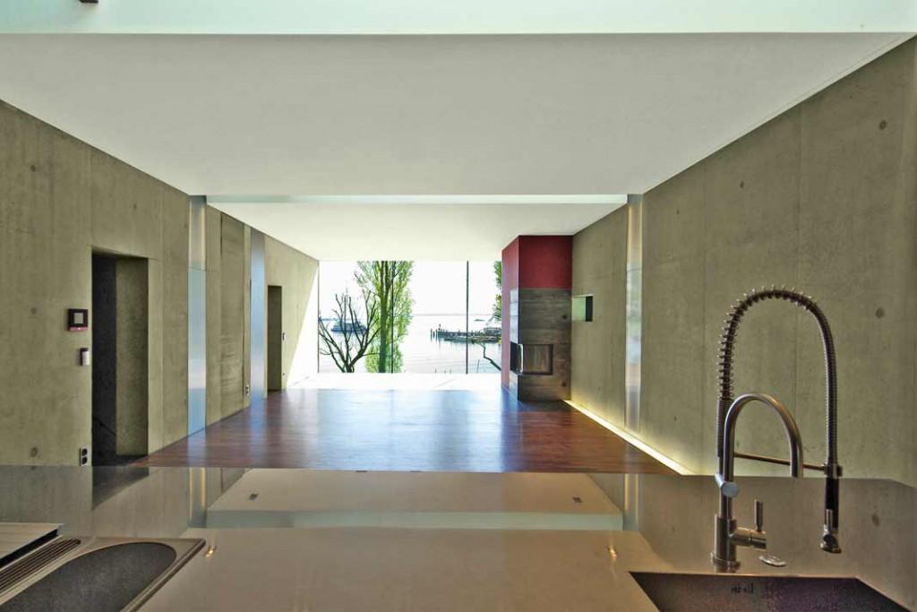 Vorfreude auf einen Sprung in den Bodensee, schon beim Frühstück: der Wohn-Ess-Kochbereich auf Ebene -2. Foto: Architekt