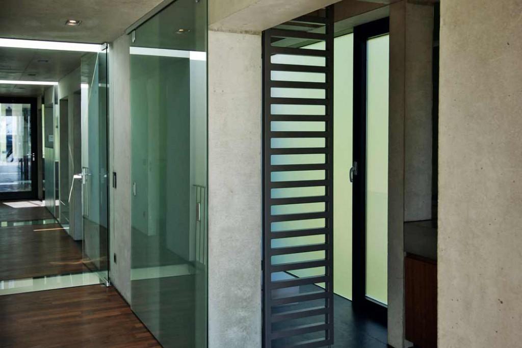Der Korridor führt vorbei an den Lichtfugen zwischen den Schlafzimmern. Foto: Architekt