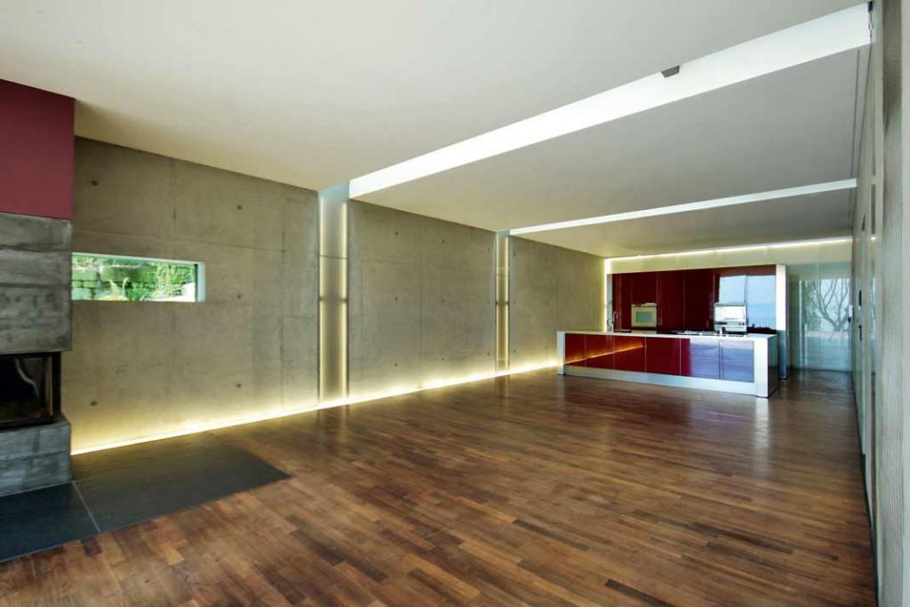 Man muss auch einmal das Teilende betonen: Leuchtelemente hinter Glas führen die Lichtfugen weiter.Foto: Architekt