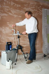 Der Heilbronner Baubiologe und Energieberater Hartmut Herzberg bei einer Raumluftmessung. Foto: Wienerberger