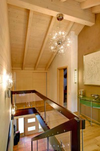 Der Blick in den sicht - baren Dachstuhl betont den konstruktiven Baustoff Holz und verschafft dem Raum seine ganz besonders wohnliche Wirkung. Foto: Sonnleitner