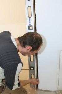 Der Einbau einer Innentür kann auch ohne die Verwendung von Bauschaum erfolgen, wobei in diesem Fall Spezialschrauben zum Einsatz kommen. Foto: Wienerberger