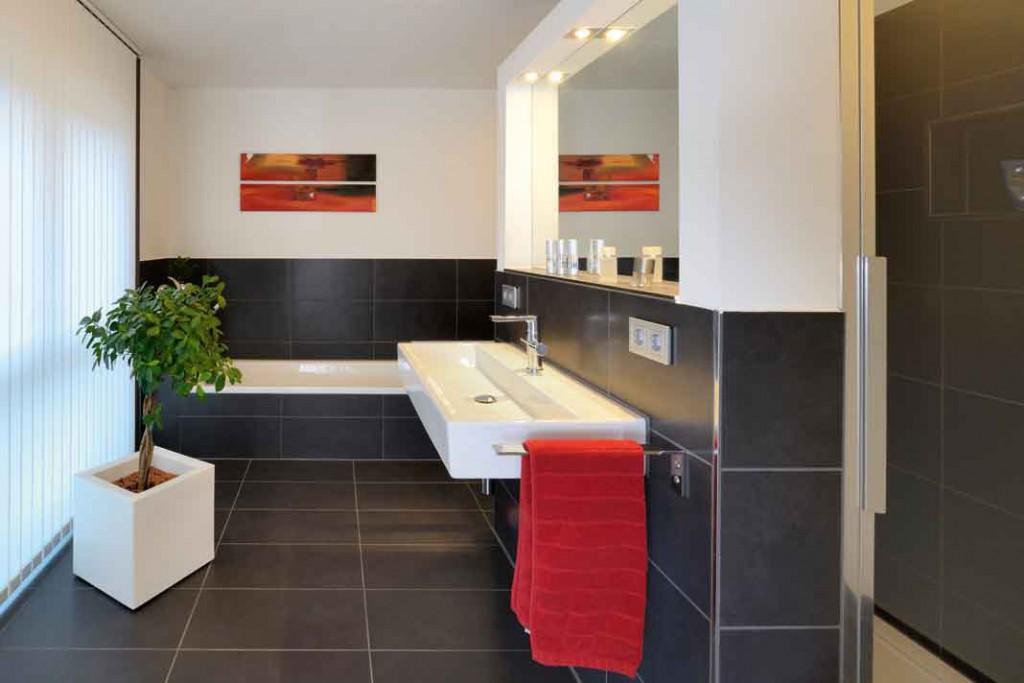 Das 12,5 Quadratmeter großes Wohnbad mit Badewanne, offener Dusche in einer Wandnische, Doppelwaschtisch und WC. Foto: Repo