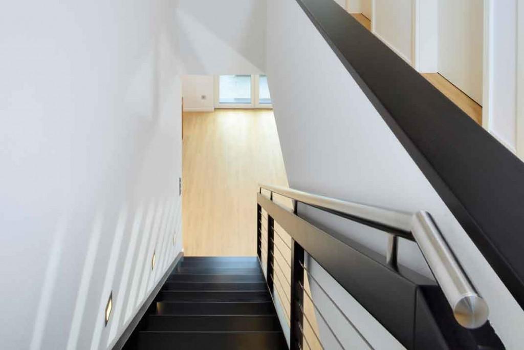 Im Obergeschoss zeigt sich eine klare Zweiteilung zwischen den Individualräumen der Bewohner und den Reserveräumen. Foto: Repo