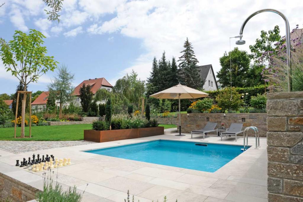 Der Garten mit Ruhe-Pool: Durch die Verlegung des Zugangs an die Westseite wurde eine viel großzügigere Gartengestaltung möglich. Foto: Günter F. Kobiela