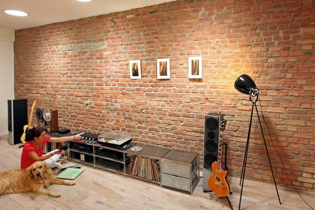 Putz runter: Mit dem Freiklopfen der Südwand im zukünftigen Wohnzimmer bekam Sieker auch den Kopf wieder frei – vom ganz normalen Wahnsinn des Architektenalltags. Foto: Fister