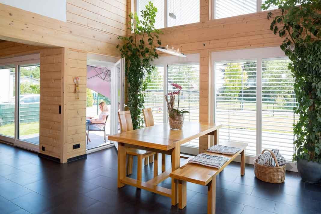 Mehr Tageslicht ist kaum möglich. Die großzügige Verglasung über zwei Stock - werke bis in den Giebel sorgt für helle und freund - liche Wohnräume. Foto: Frings