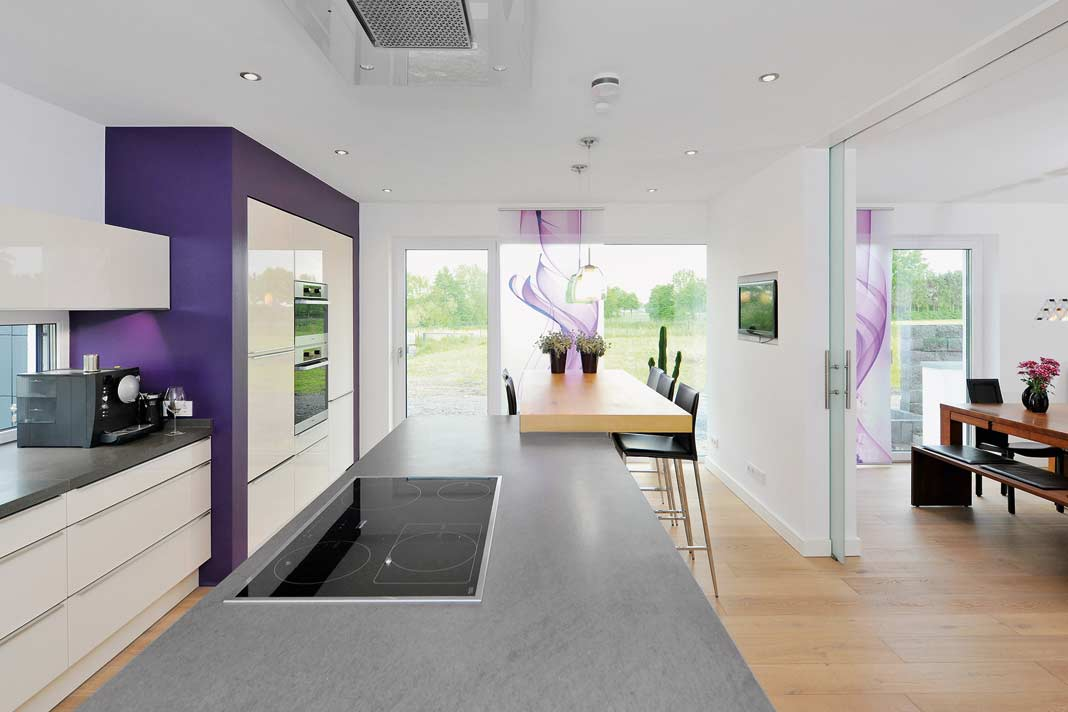 Nach Belieben zuschalt- oder abtrennbar sind die Funktionsbereiche durch die in die Wände integrierten Schiebetüren. Bodentiefe, großformatige Fenster geben den Blick nach draußen frei. Foto: Frank Vinken