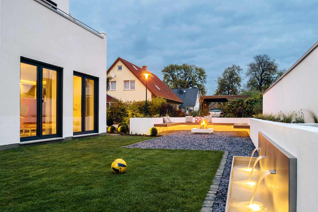 Garten mit Feuerstelle.