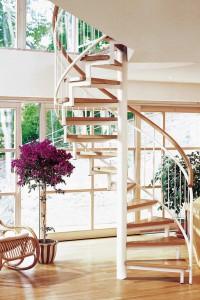 """Die zunehmend offene Architektur im Einfamilienhaus bringt häufig mit sich, dass kein separates """"Treppenhaus"""" mehr gebaut wird. Die Treppe, nun im Wohnbereich integriert, avanciert umso mehr zum sorgfältig geplanten Designobjekt. Foto: Fuchs Treppen"""