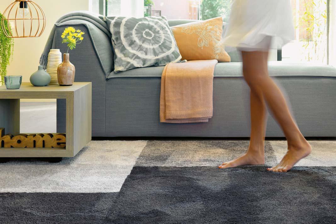 Bei Arte Espina gibt es die beliebten Hochflor- oder Shaggy-Teppiche, bei denen die Fasern nicht verwebt sind, sondern lose auf dem Flor aufliegen. So entsteht ein moderner Look, der erstmals in den 70ern aufgetaucht ist. Foto: 1dx/Arte Espina