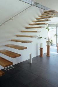 Nur für Schwindelfreie: Treppenstufen, die aus der Wand zu wachsen scheinen, ohne Handlauf oder Geländer auf der Raumseite. Foto: Rongen Architektur