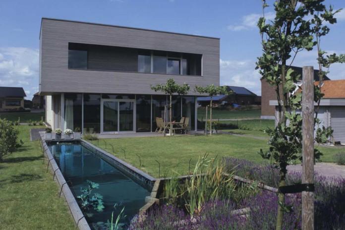Garten mit schmalen Teich