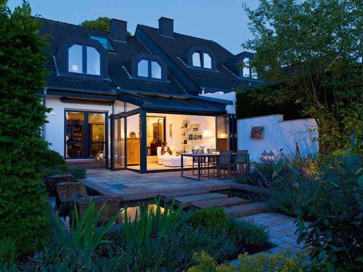 An lauen Sommerabenden lässt sich die Abendstimmung in dem schönen Garten mit Katzenminze, Lavendel und Hortensien besonders genießen.