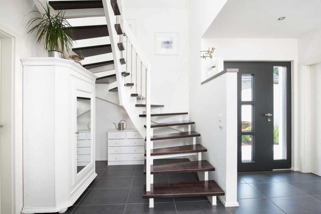 Eine dunkle Treppe mit weißem Geländer führt hinauf in das Dachgeschoss.Foto: WH KHSpitz