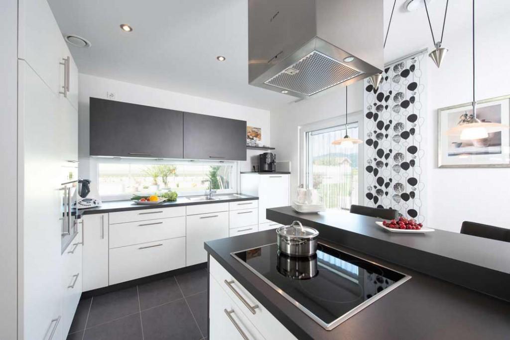 Zur Ausstattung der Küche gehört eine frei stehende Theke. Die moderne, klare Linienführung setzt sich auch in der Küche fort.Foto: WH_KHSpitz