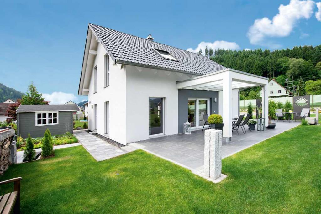 Auf ihrer großen Terrasse verbringen Gudrun und Franz Spitz gerne sonnige Stunden. Die weiße Hausfassade kontrastiert angenehm mit dem dunkel eingedeckten Dach. Foto: WH KHSpitz