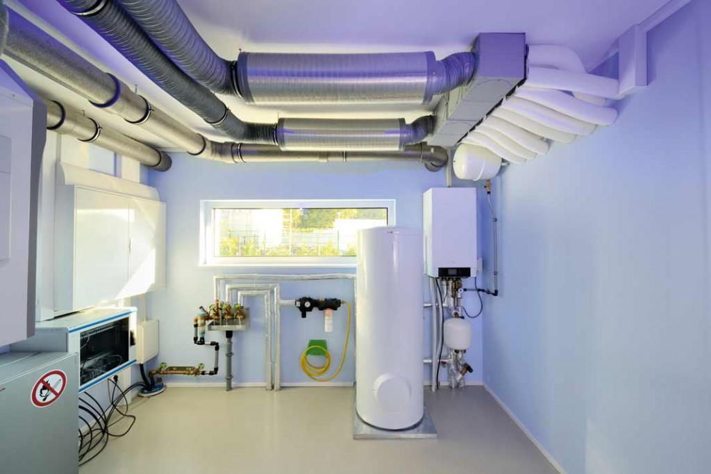 Technik, die sich keinesfalls verstecken muss, aber auch keinen Keller mehr nötig macht, sondern in einem kleinen Technikraum hinter der Garage Platz findet. Foto: Repo