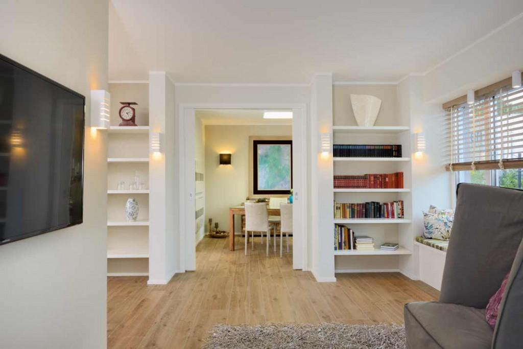 Die klare Formensprache der Architektur setzt sich im Inneren mit einem modernen Raum- und Wohnkonzept fort, in dem sich Familien und Paare überaus wohl - fühlen werden. Viel Weiß in Kombination mit warmen Holztönen schafft Gemütlichkeit. Repo