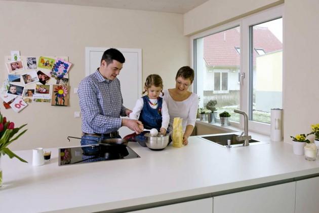 Die Küche überzeugt durch ein funktionelles, modernes Design in ansprechendem Weiß.