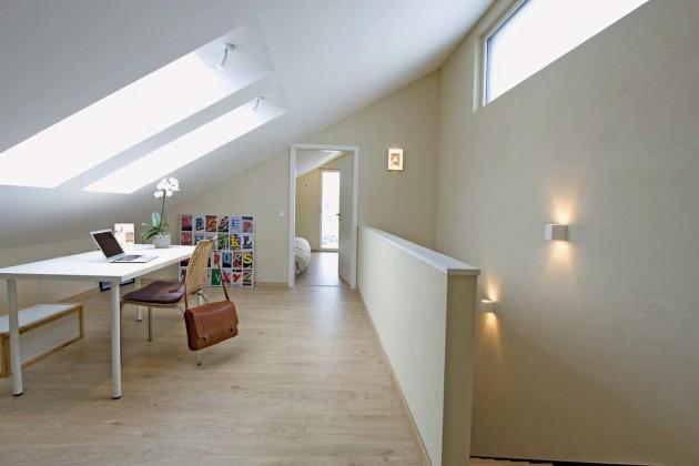 """Im Dachgeschoss befinden sich das Elternschlafzimmer, ein offener Arbeitsplatz sowie ein """"begehbares"""" Bücherregal."""