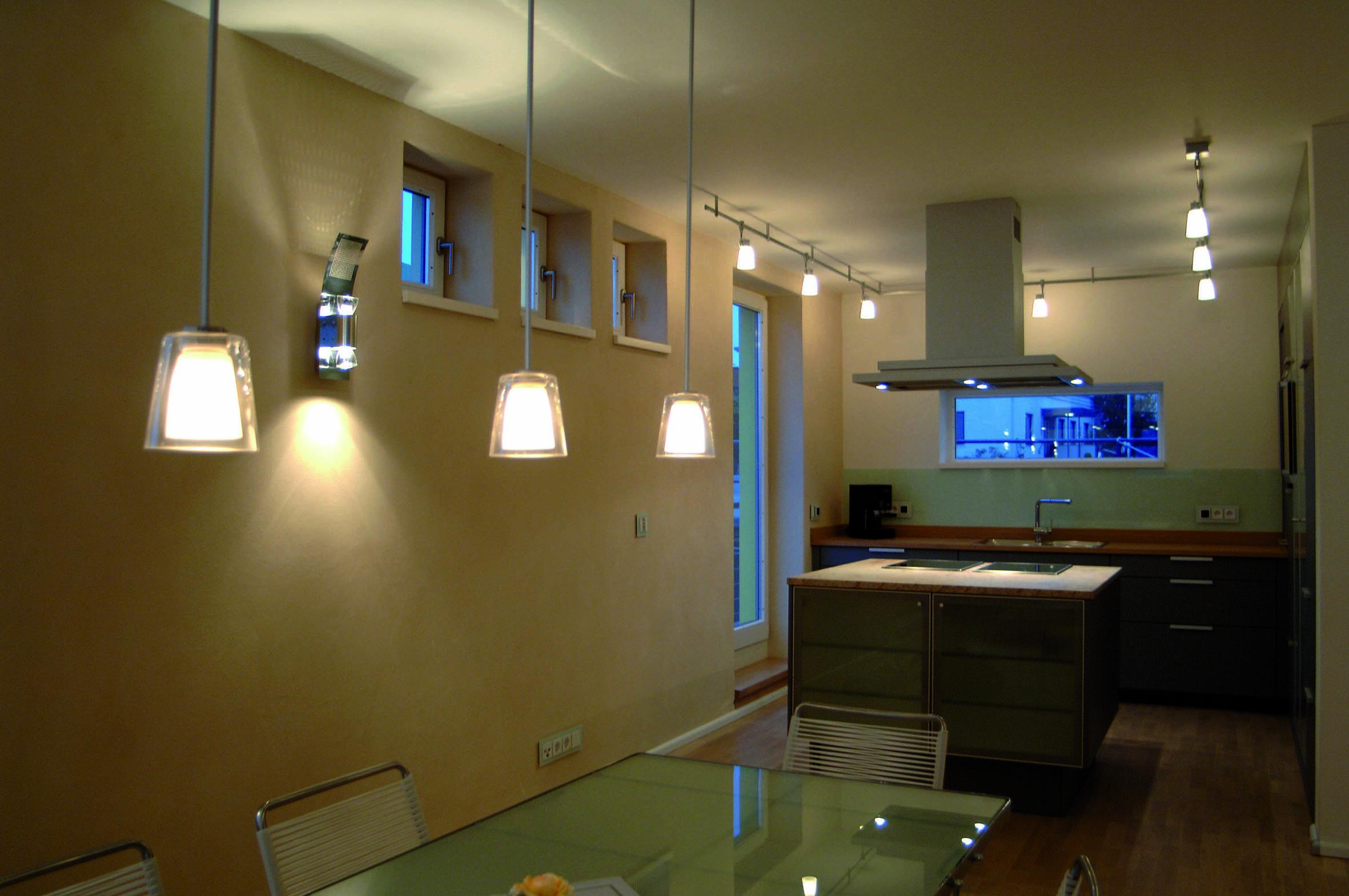 Sind die Dimmer in ein Smart-Home-System integriert, können sie mit weiteren Komponenten, beispielsweise Dämmerungssensoren oder Rollläden, verknüpft werden. Foto: Elektro+/Busch-Jaeger