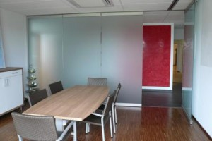 Transparente Trennwand ohne Bodenschienen zur einfachen Abtrennung oder Zuschaltung von Räumen